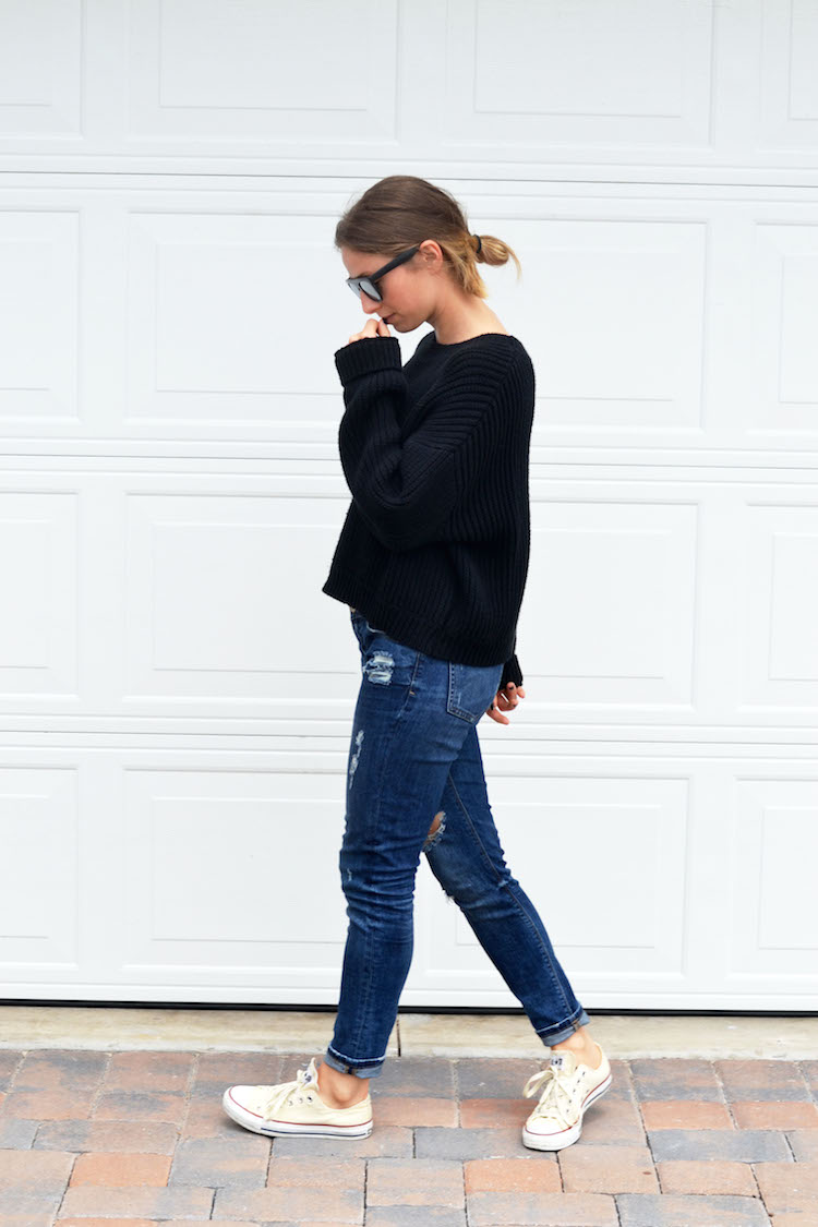 travel outfit, how to look chic while traveling, on the plane, forever21 reflective sunnies, oversized black sweater, the august diaries, top fashion blog, distressed jeans, converse1