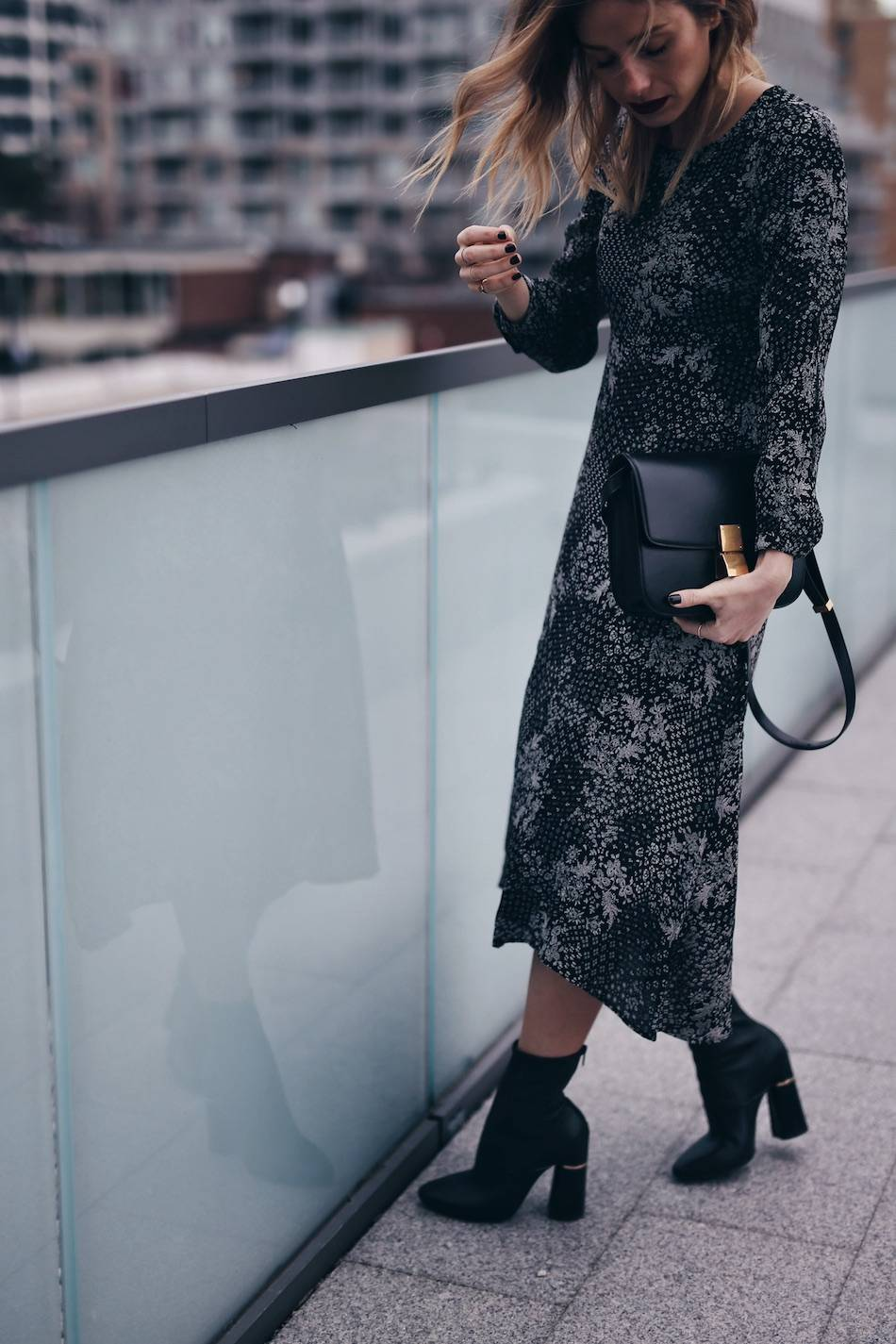 style-blogger-jill-lansky-of-the-august-diaries-showing-easy-holiday-outfits-in-old-navy-print-dress-celine-box-bag-and-3-1-phillip-lim-kyoto-boots-2