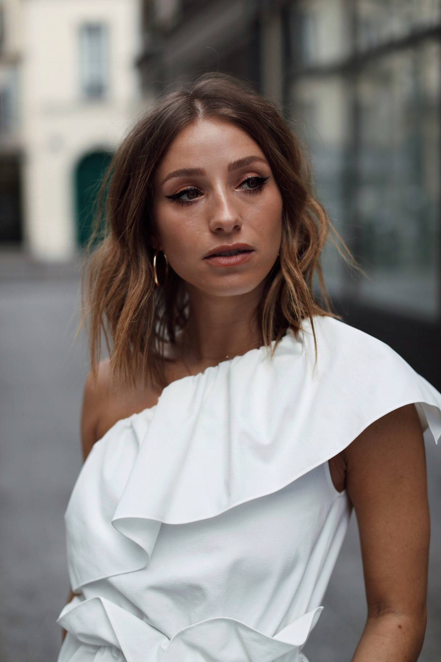 Style and beauty blogger Jill Lansky of The August Diaries on the top 5 white pieces for spring cat eyeliner, hoop earrings