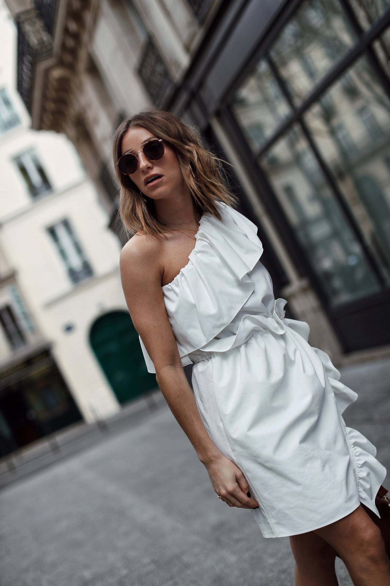 Style and beauty blogger Jill Lansky of The August Diaries in GOEN.J white dress